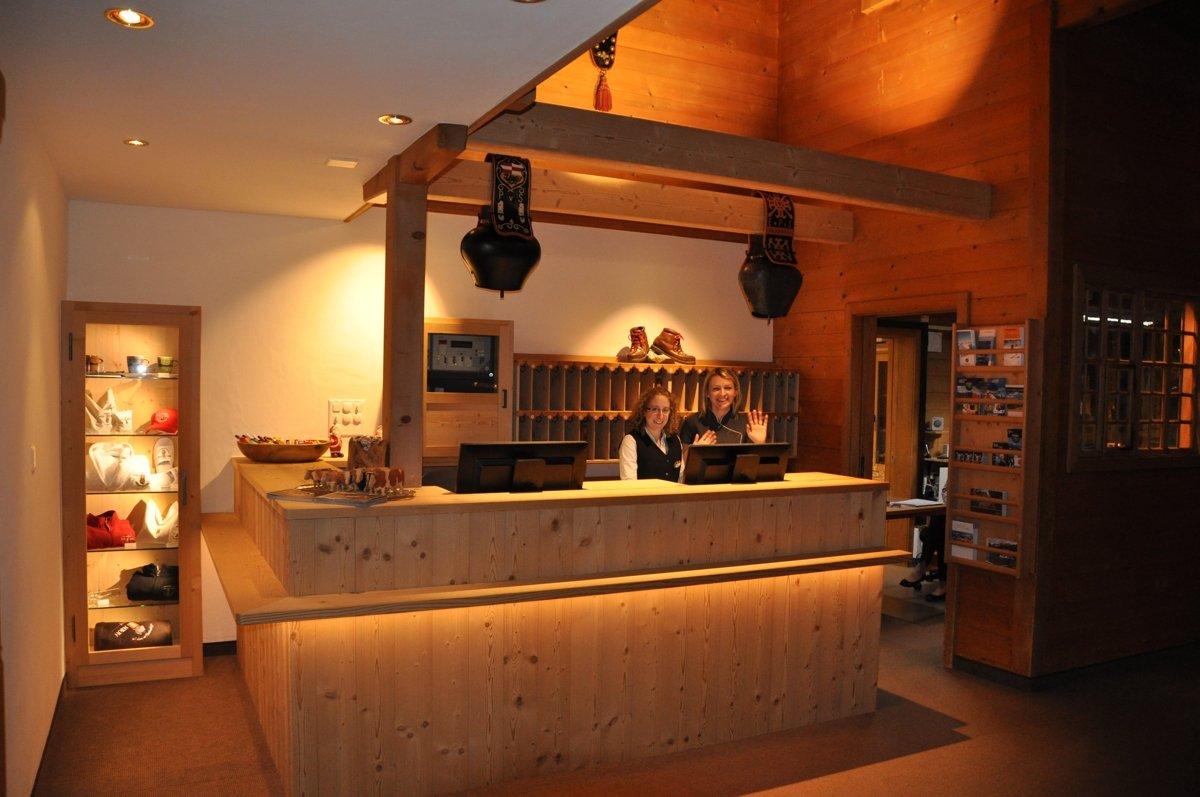 romantik-hotel-hornberg-saanenmoeser-gstaad-rezeption2