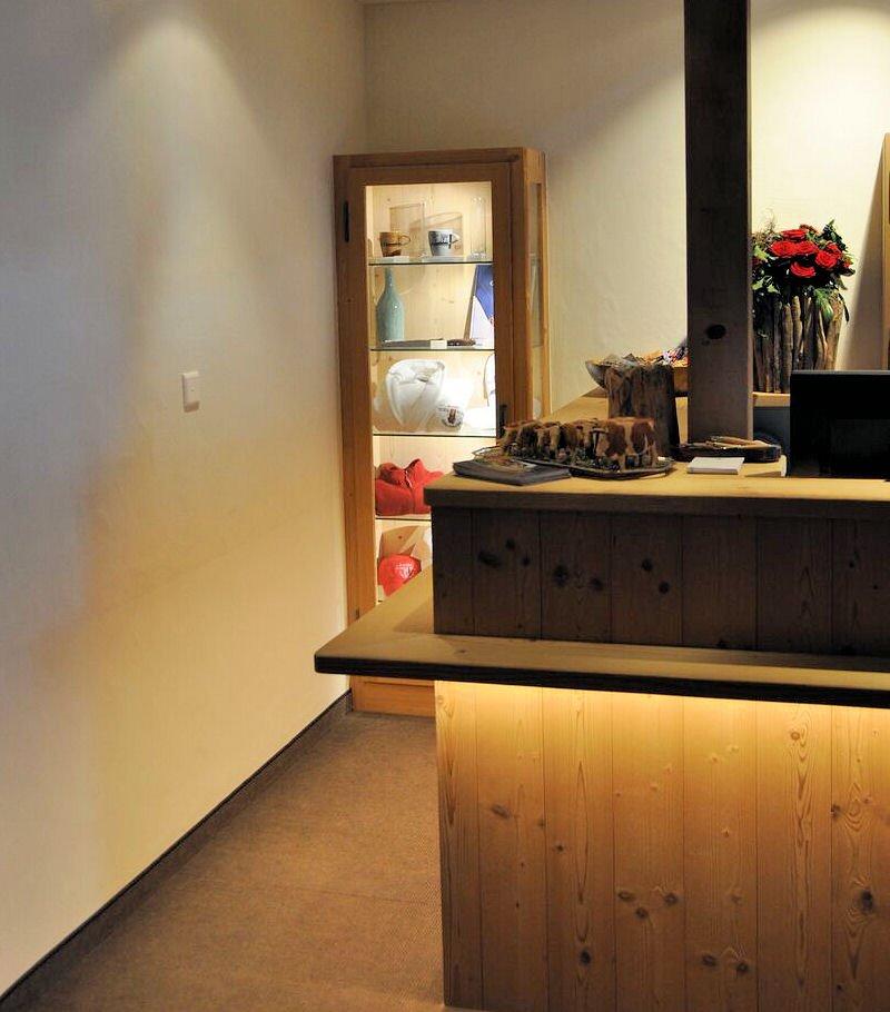 hotel-hornberg-saanenmoeser-gstaad-blog-shop-vitrine-rezeption