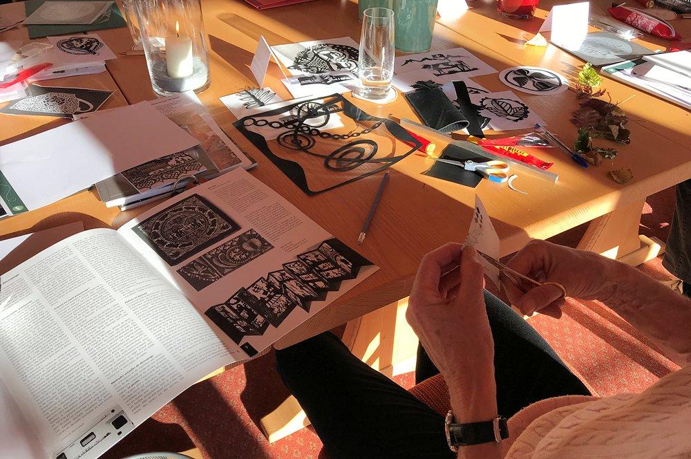 Scherenschnitt… ein traditionelles Handwerk im Saanenland lernen